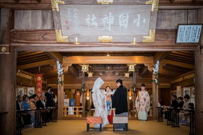 小國神社の結婚式で指輪交換をする新郎新婦