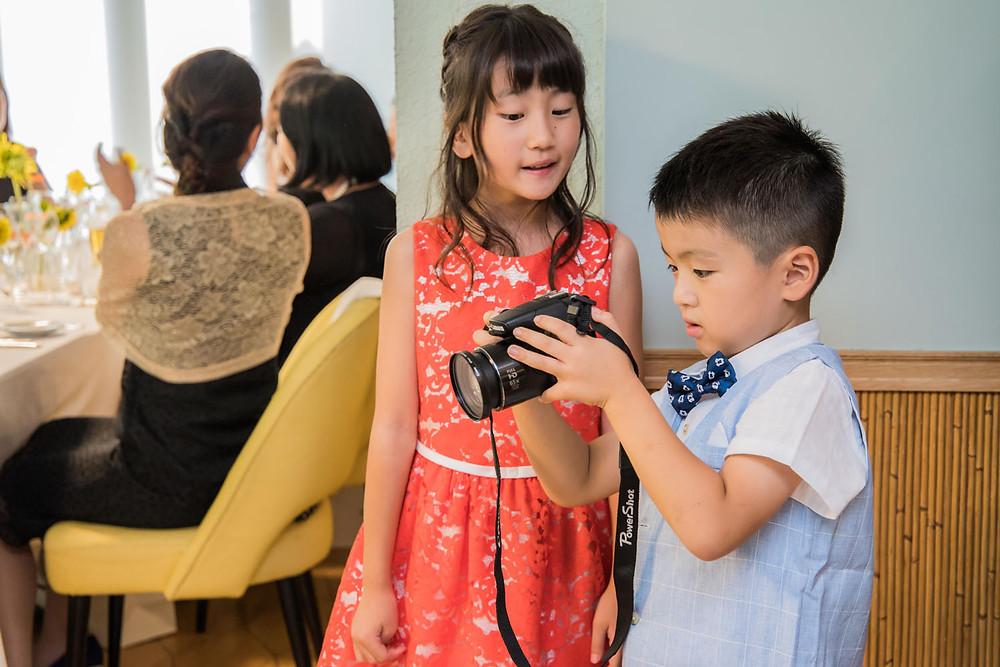 日比谷パレスでの結婚式で披露宴の撮影をする子供カメラマン