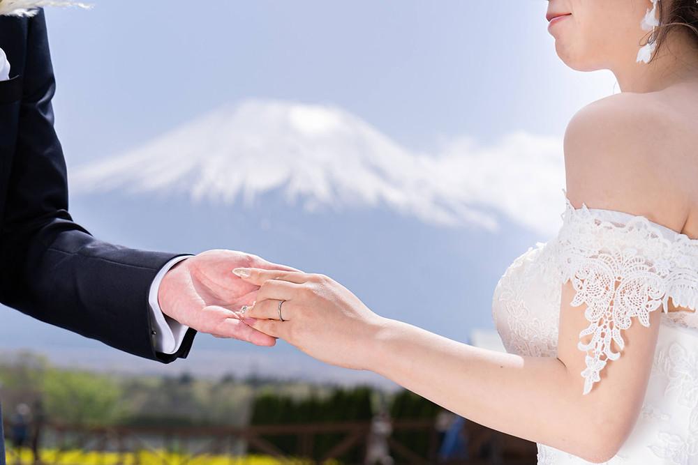 山中湖の花の都公園で浜松の出張カメラマンが撮影した結婚指輪の写真