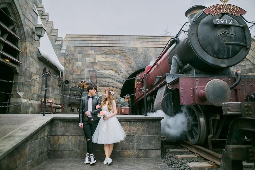 USJのハリーポッターエリアで汽車と一緒に撮影をした結婚式前撮り写真