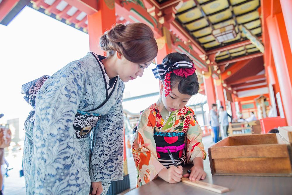 五社神社にて七五三詣りをする様子を撮影した7歳女の子のロケーションフォト