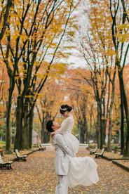 久屋大通公園の銀杏並木で新郎が新婦を抱っこする結婚式前撮り写真