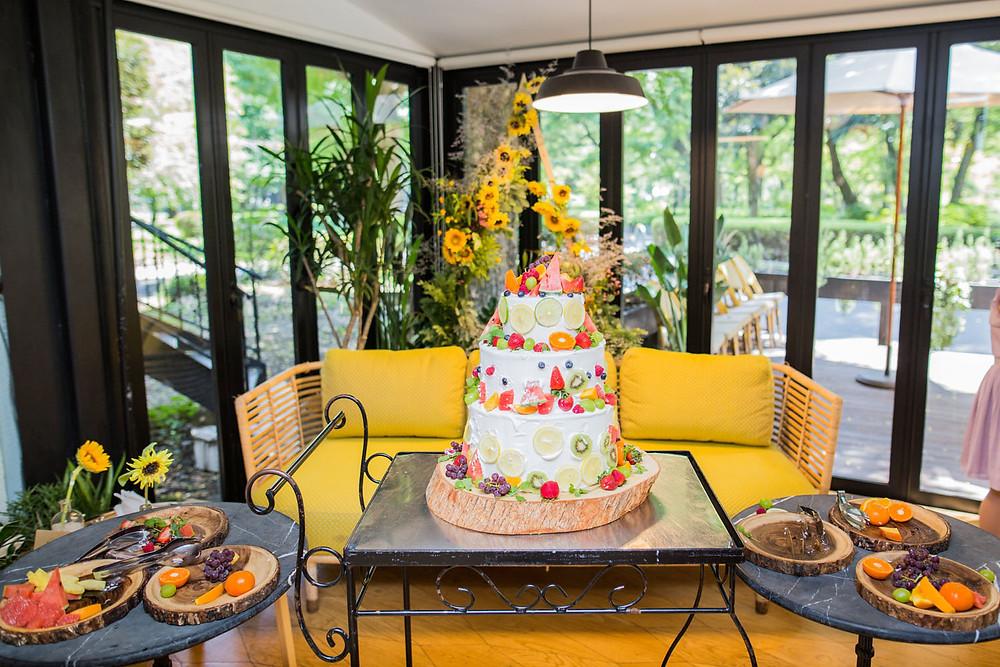 ゲストの皆様で飾り付けをしたウエディングケーキを撮影した写真