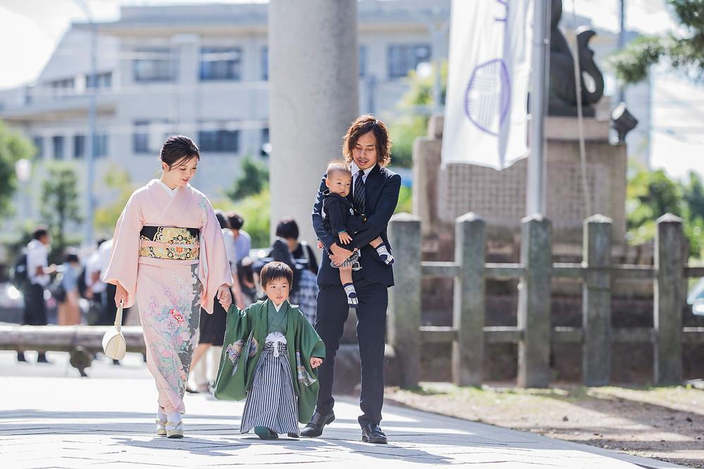 北野天満宮で七五三詣りをする家族の写真