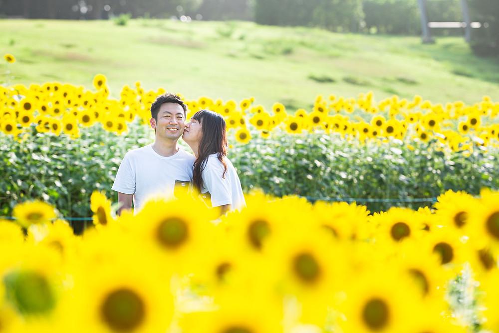 夏のひまわり畑で浜松のカメラマンが結婚記念日のお祝いに撮影した夫婦写真