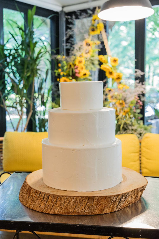 日比谷パレスで夏に結婚式をした花嫁の真っ白なウエディングケーキを撮影した写真