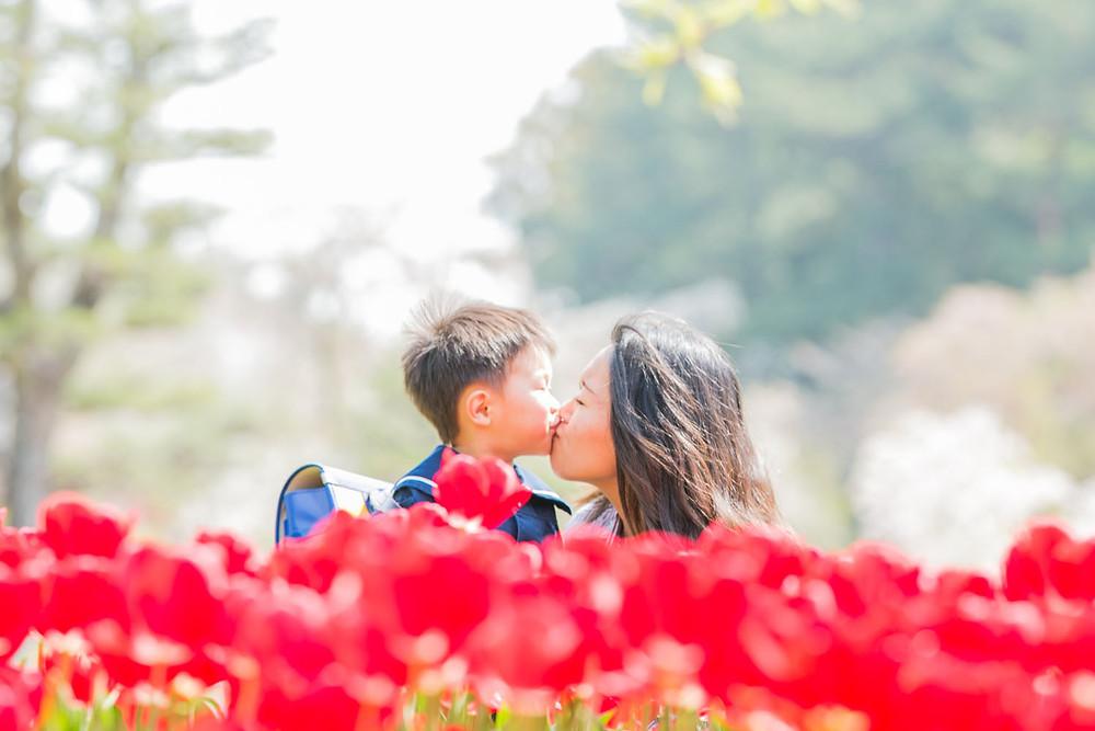 はままつフラワーパークでの入園記念撮影で大好きなママとチュウをする男の子の写真