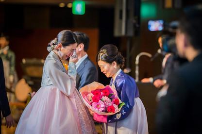 花束贈呈をする新婦と新婦母を撮影した結婚式写真
