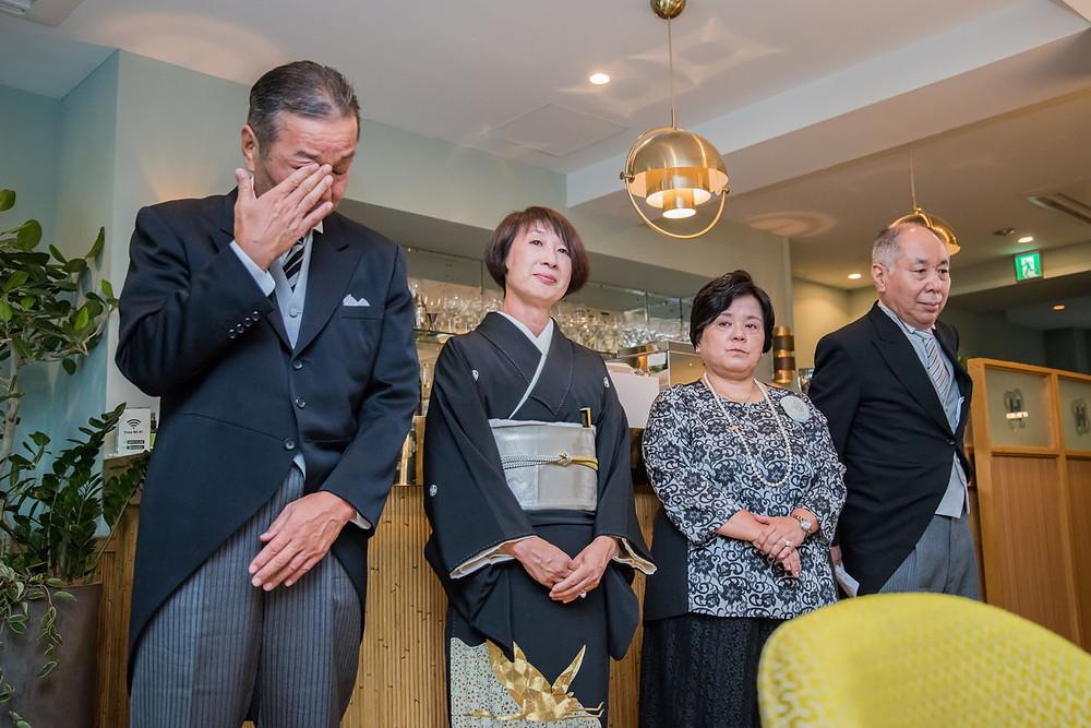 日比谷パレスの結婚式で花嫁の手紙を聞く両家ご両親の写真