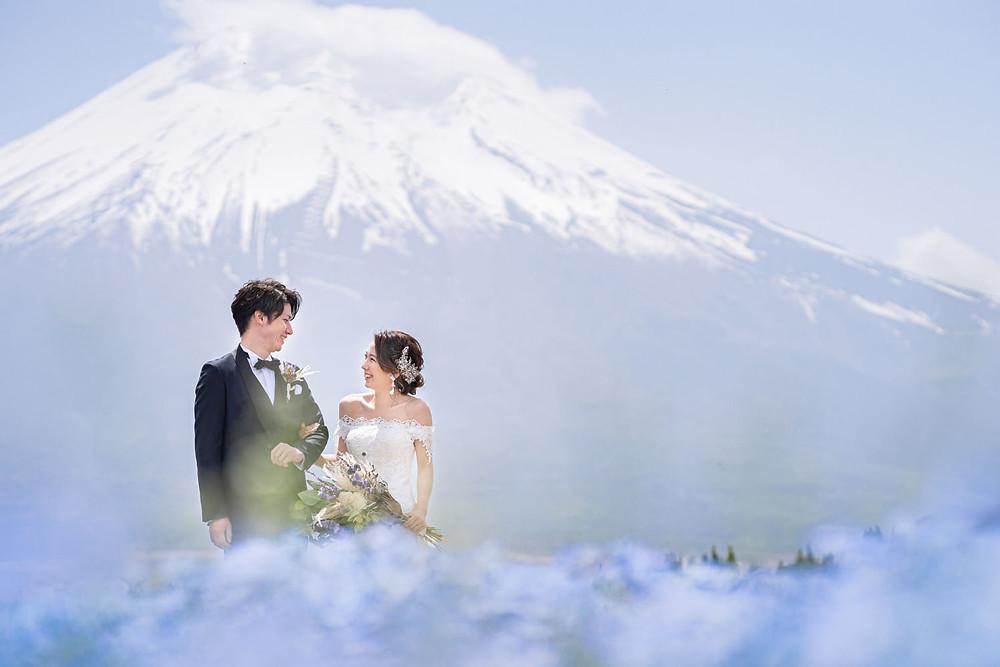 山中湖の花の都公園で富士山を背景に浜松の出張カメラマンが撮影したネモフィラ畑での前撮り