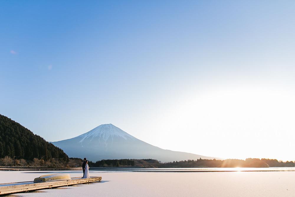 富士山で日の出とともに撮影をした結婚式前撮りロケーション写真