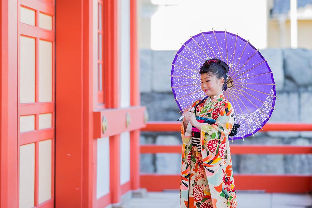 五社神社で和傘を使って撮影した7歳女の子の七五三写真