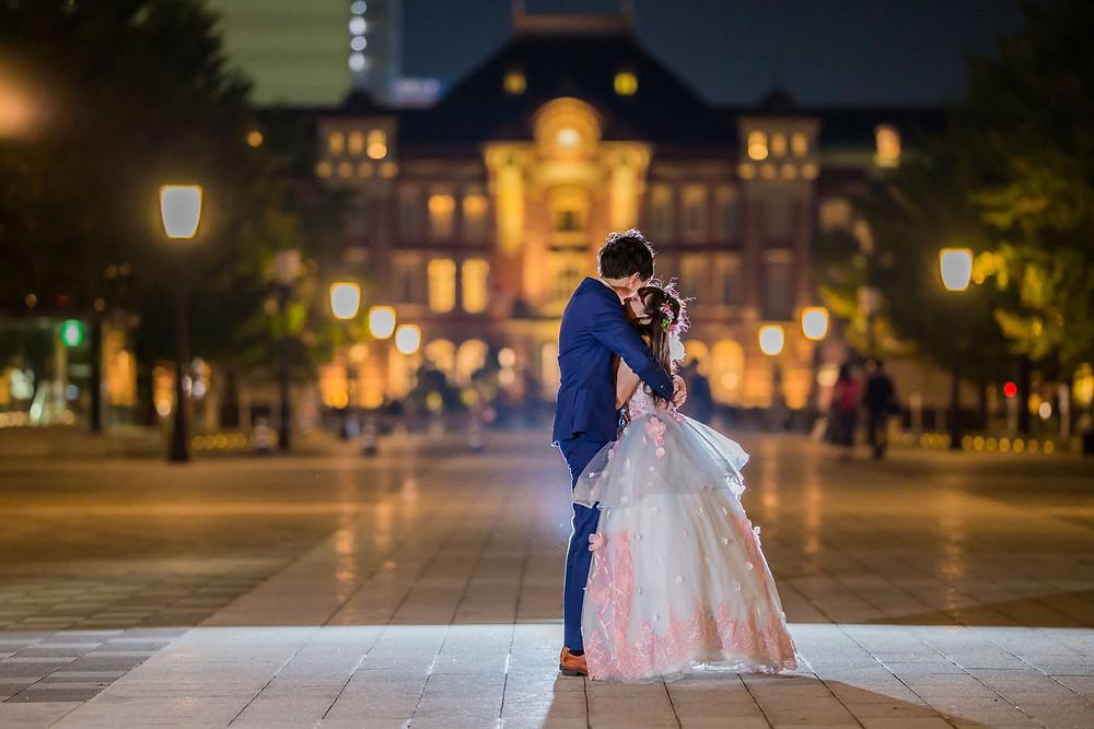 東京駅で結婚式前撮り撮影をする新郎新婦のオフショット写真