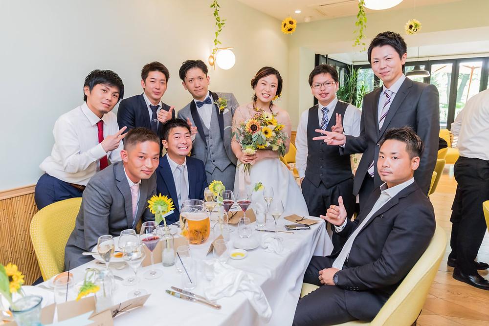 日比谷パレスの結婚披露宴でテーブルラウンドをする新郎新婦の写真