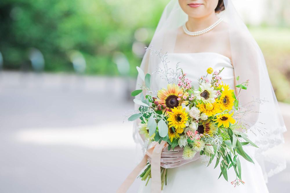 日比谷パレスで夏に結婚式を挙げた新婦のひまわりのブーケ写真