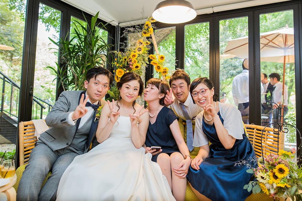 日比谷パレスで結婚式をした花嫁のゲストとの記念写真