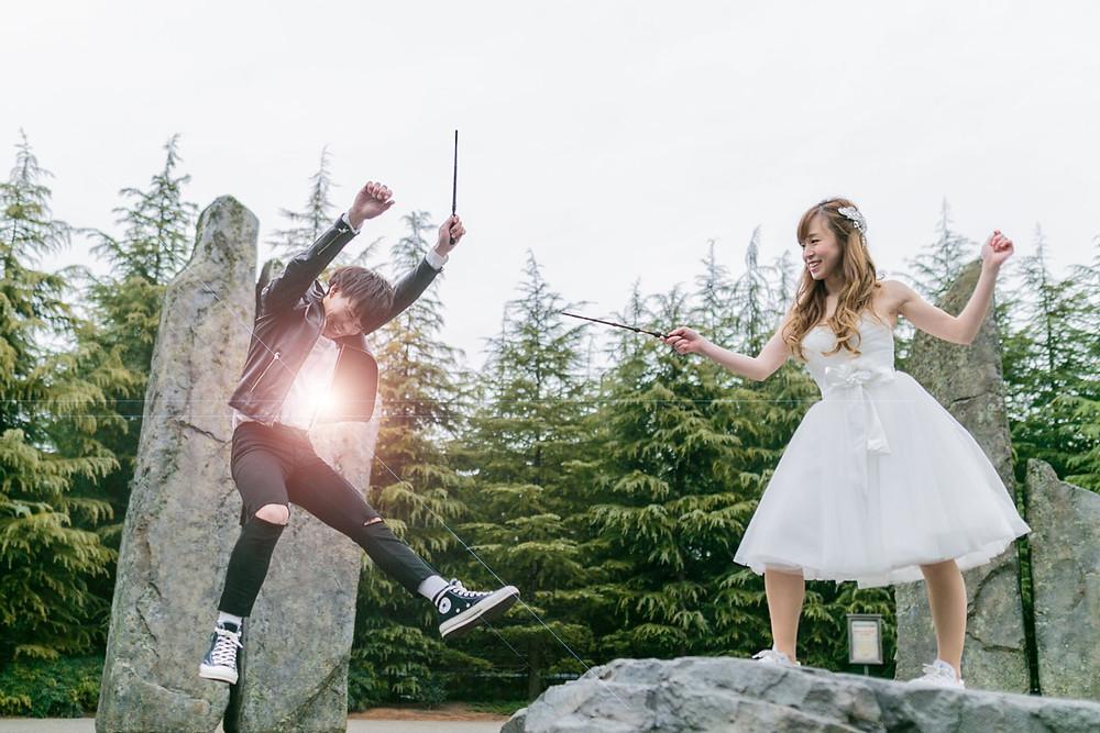 USJのハリーポッターエリアで戦うシーンを再現した新郎新婦の結婚式前撮り写真