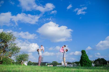 浜名湖ガーデンパークで撮影した高い高いをする家族の写真