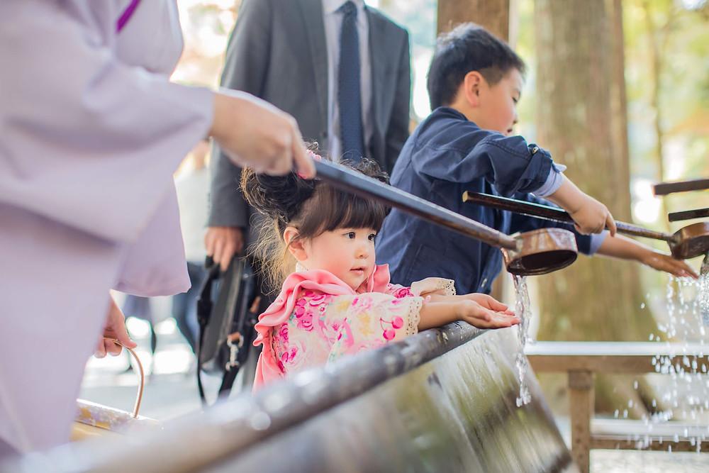 小國神社で七五三詣りをする3歳女の子の七五三写真