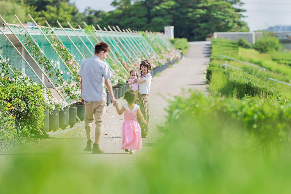 浜松の浜名湖ガーデンパークで家族の自然な様子を撮影したファミリーフォト