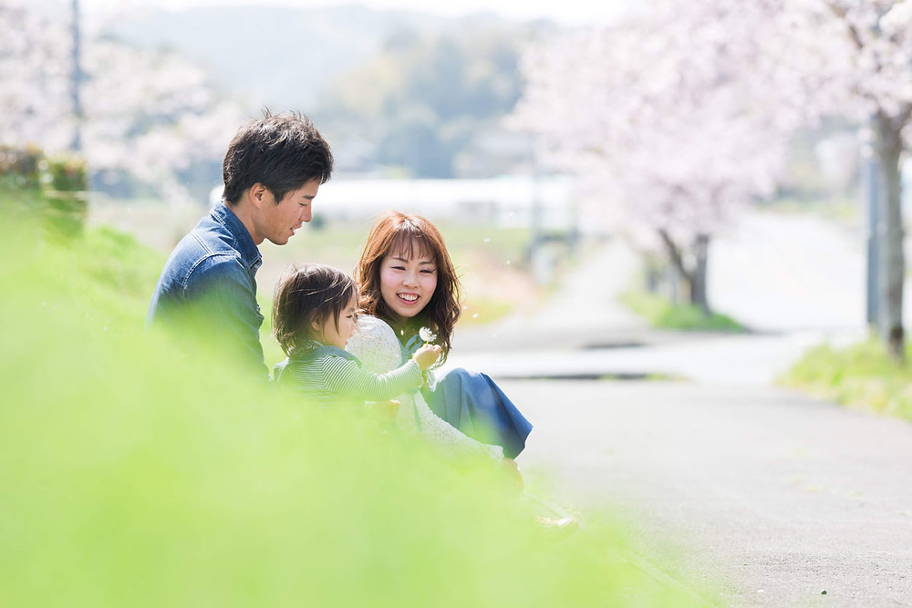 掛川市そよかぜ広場で桜の時期に撮影した家族写真