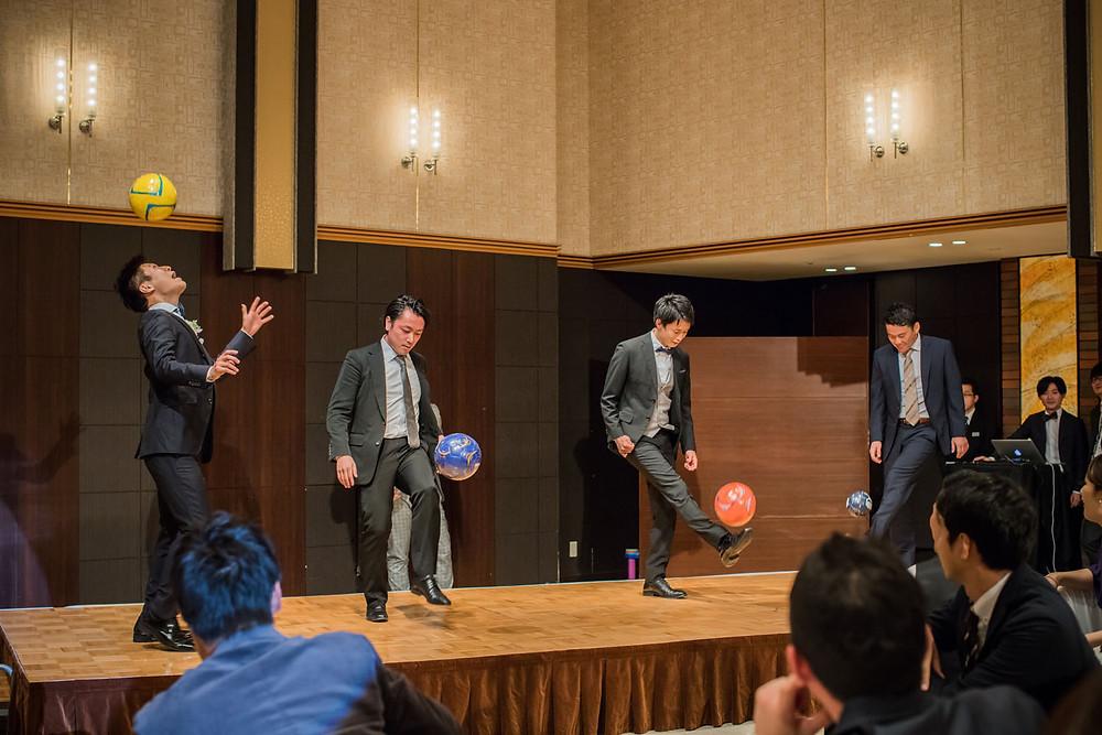 結婚披露宴でサッカーの余興をする新郎と新郎友人の写真