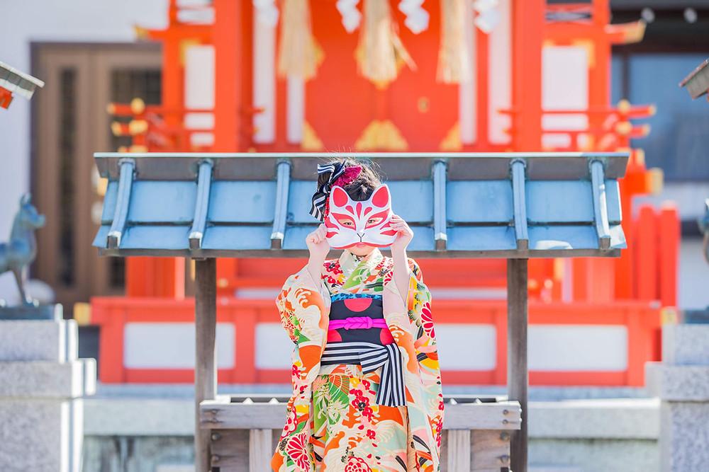 五社神社でキツネのお面の小物を使って撮影した七五三ロケーションフォト