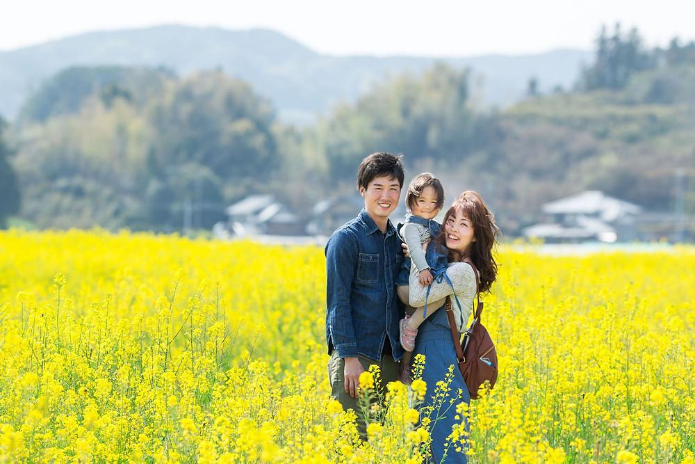 掛川市そよかぜ広場の菜の花畑で撮影した家族写真