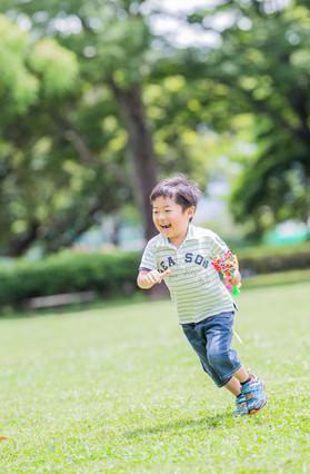 元気よく走り回る子供を撮影したロケーションフォト