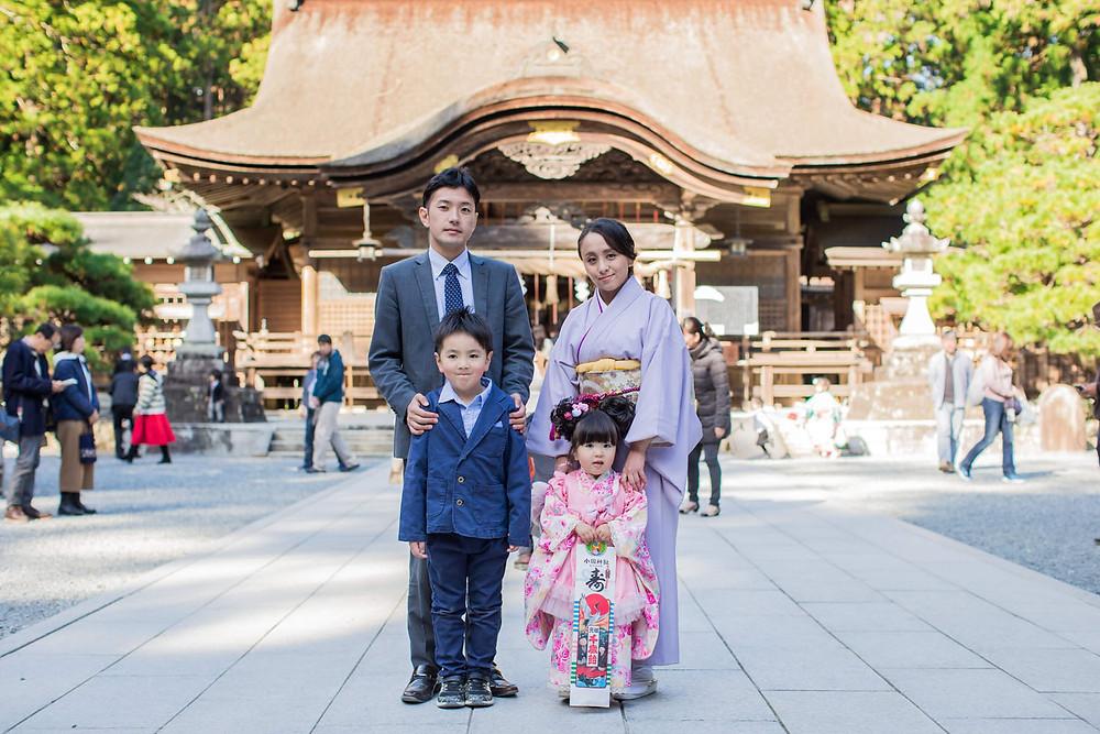小國神社での七五三家族写真
