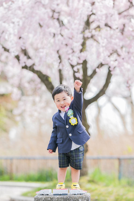 名古屋の庄内緑地公園で桜ロケーションで撮影をした入学記念写真