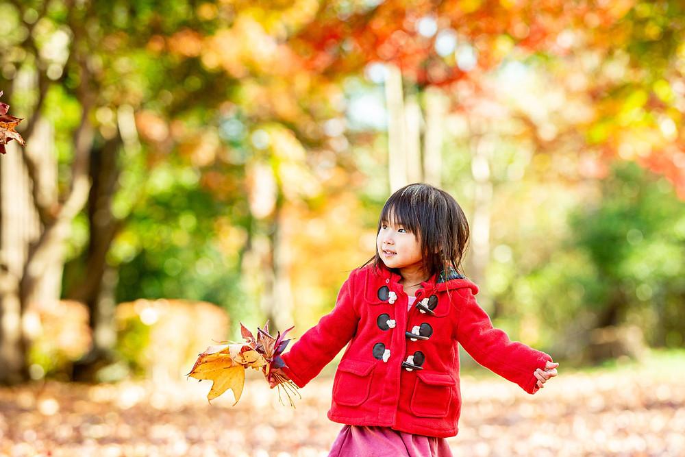 紅葉ロケーションで撮影した子供の写真