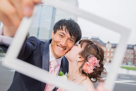 東京駅丸の内で写真フレームを使って撮影した結婚式前撮り写真