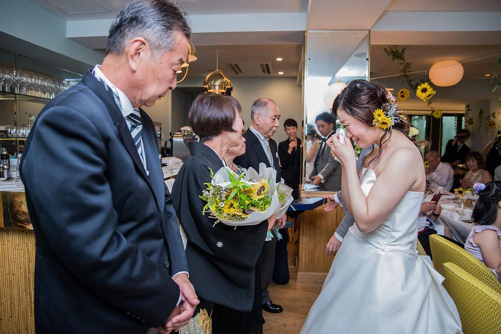 日比谷パレスの結婚披露宴で花束贈呈のシーンを撮影した写真