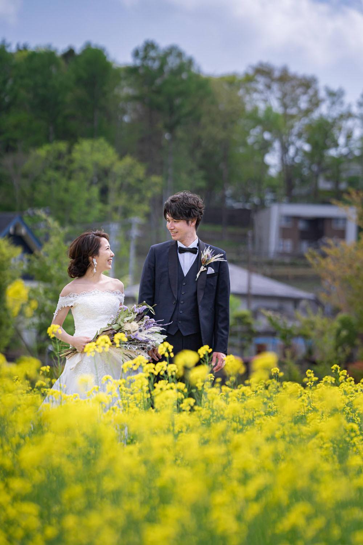 山中湖の花の都公園で浜松の出張カメラマンが撮影した菜の花畑での結婚式前撮り