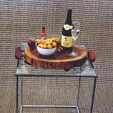 IRON TAVOLO é uma pequena mesa que pode ser usada como mesa de canto ou mesa centro. Aliando praticidade e qualidade, IRON TAVOLO é feita em ferro, de maneira artesanal, com características únicas, fazendo com que cada peça seja em si uma obra de arte. Especificações: Mesa de apoio com centro trabalhado artesanalmente  Estrutura em metal, com pintura em acabamento brilho, tampo de vidro 8 mm  Dimensões: Largura: 51 cm / Profundidade: 51 cm / Altura: 60 cm /Peso:  15 kg
