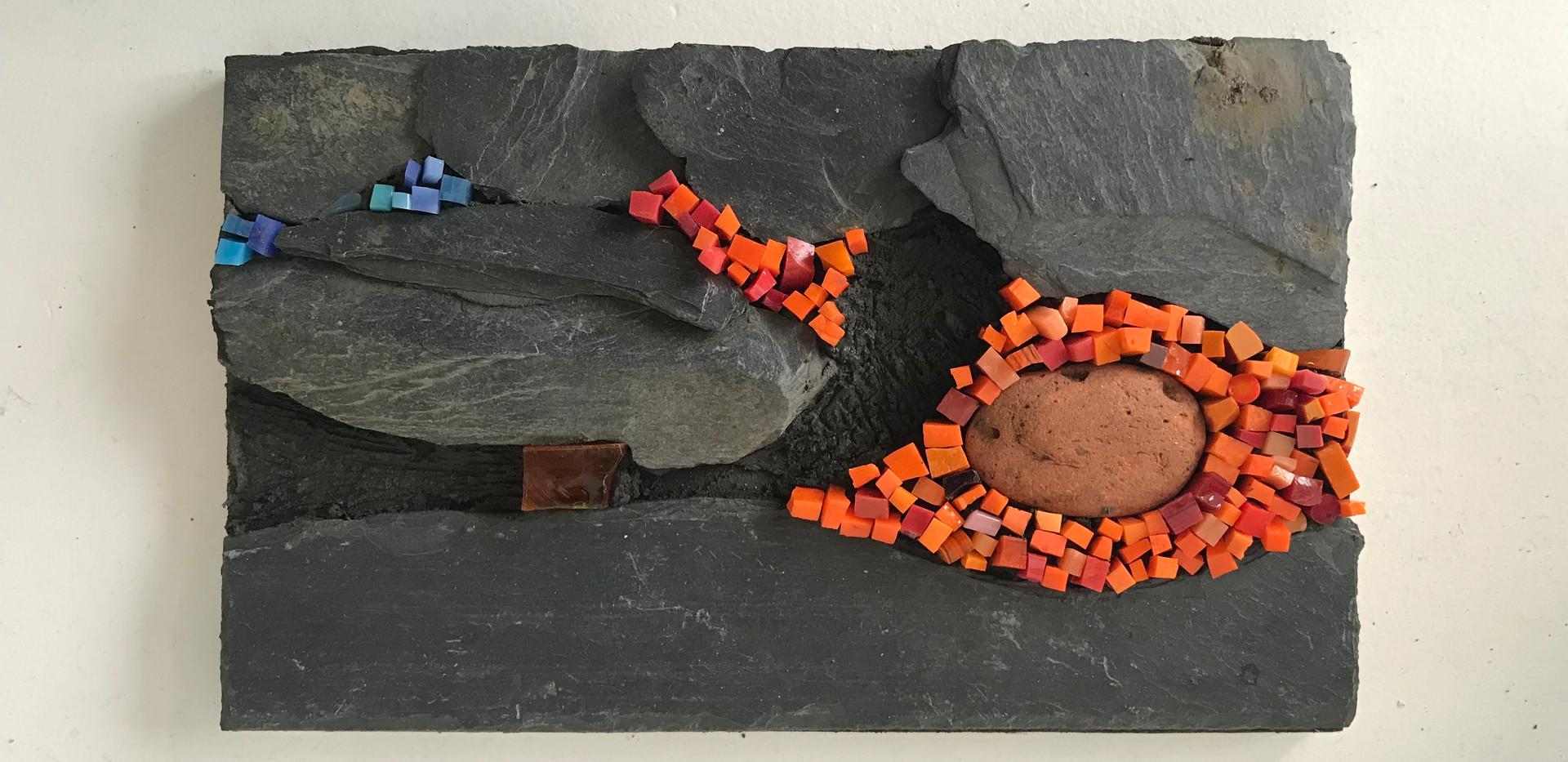 Création murale en ardoise, galet, pâte de verre et mortier