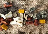 Les tesselles de marbre et granit de l'atelier de mosaïque & nature à Abbeville aux portes de la Baie de Somme