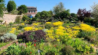 Se ressourcer et passer un bon moment au jardin remarquable de l'herbarium des remparts dans la cité médiévale de Saint-Valery-sur-Somme