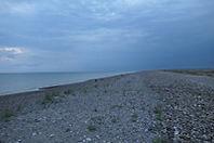 La digue de galets face à la mer dans la réserve naturelle du Hâble d'Ault au sud de la Baie de Somme