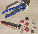 La pince Zag Zag de mosaïque et les émaux de Briare pour les stage de déco en mosaïque à l'atelier de mosaïque & nature à Abbeville aux portes de la Baie de Somme