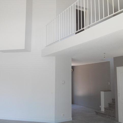 Mix de teintes de peintures claires pour jouer avec l'espace et la hauteur dans cette maison à Sassenage (Isère).