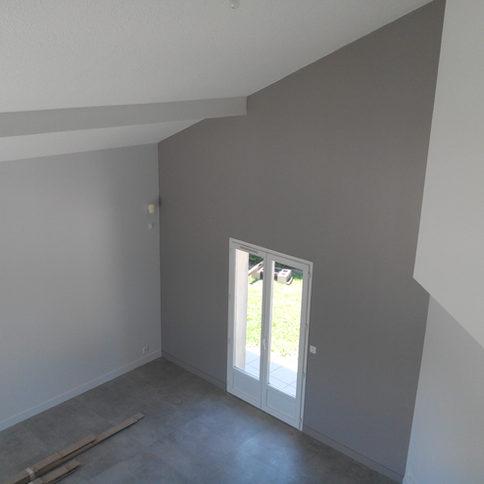 Maison à Sassenage, moderne, contemporaine les peinture traditionnelles claires augmentent l'effet de hauteur.