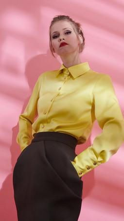 Limonengelbe Bluse mit extra Schluppe und olivgrüner Bleichstiftrock