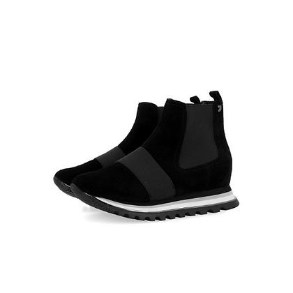 Sneakers negros estilo botín con cuña interna