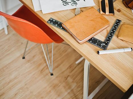 Grewals _ Table en bois_ ameublement et plinthe