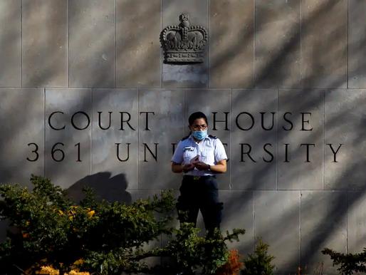 Un persona TEA que está siendo juzgada por cargos de asesinato múltiple se declara inocente