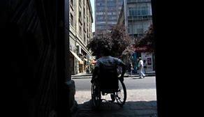 Lo que ocurre cuando te despiertas atado a una silla de ruedas