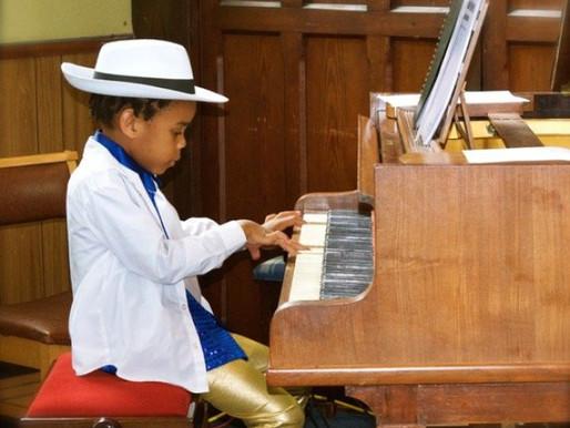 Artista y cantante autista, 8 años, muestra su arte en dos exposiciones