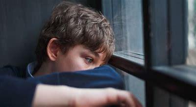 El autismo, los golpes en la cabeza y otros comportamientos autodestructivos